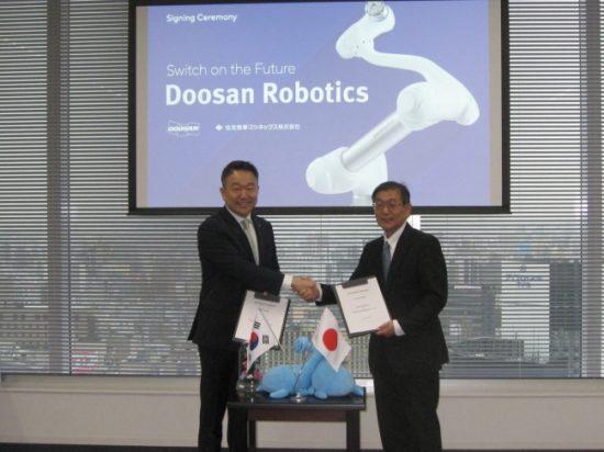 契約締結調印式 Doosan Robotics.CEO Byungseo Lee氏 (左)住友商事マシネックス 佐橋(右)